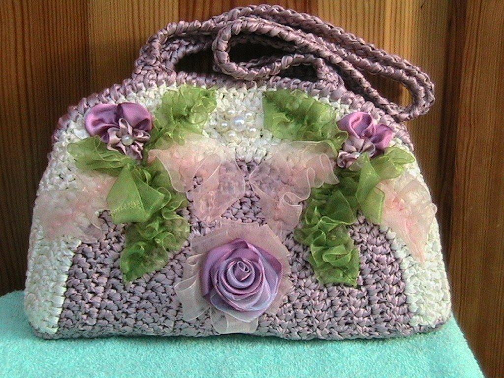 Beyaz-renkli-çiçek-süslemeli-örgü-çanta-modelleri